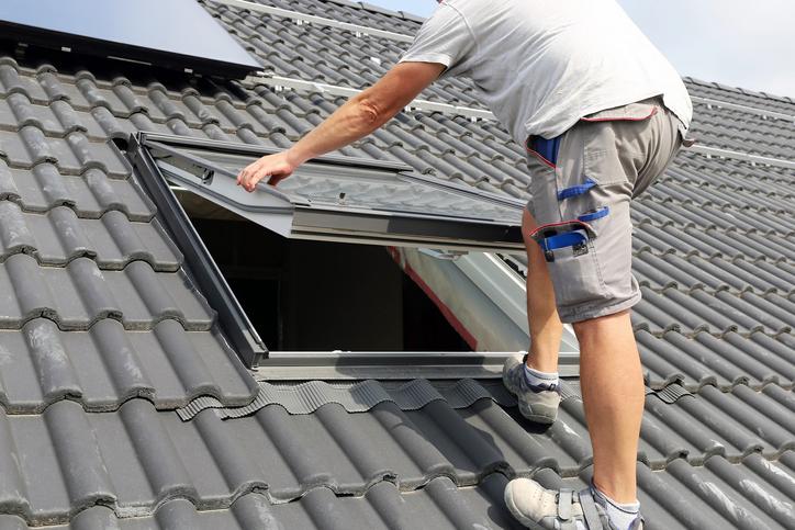 Fenêtre de toit et velux : Prix de pose, types & avantages