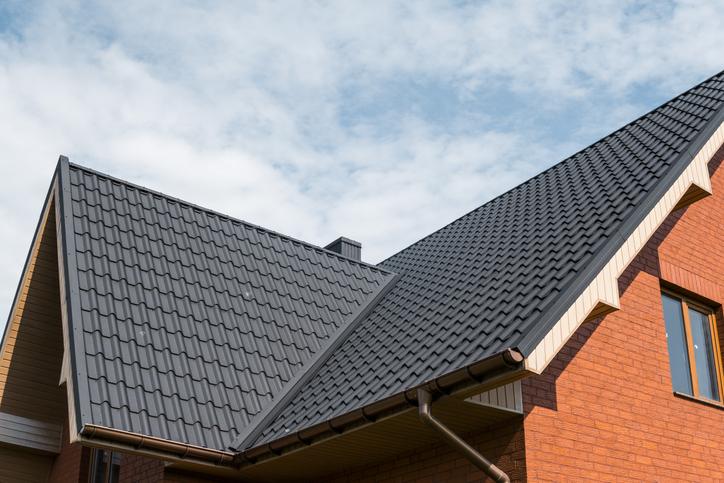 Traitement hydrofuge de toiture : types, pose et prix