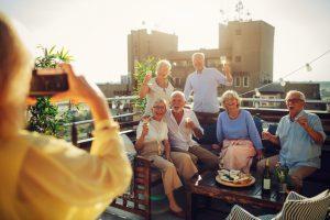 Des vieux qui picolent sur le toit de la ville